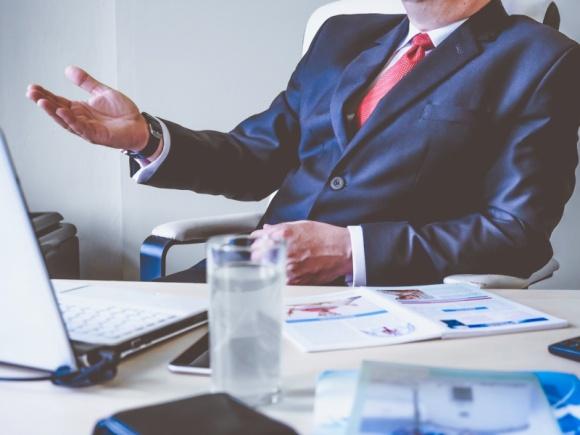 """Jesteś szefem czy liderem? 6 sposobów jak to sprawdzić BIZNES, Firma - Różnica pomiędzy zarządzaniem a przywództwem w firmie nie zawsze jest oczywista, skąd to się bierze? W biznesie, niestety, pojęcia """"szefa"""" i """"lidera"""" są ze sobą mylone, czy też używane zamiennie. Jak najprościej ich rozróżnić?"""