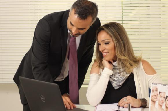Zarządzanie poprzez coaching – czy to się opłaca? BIZNES, Firma - Szef postrzegany jest jako osoba surowa, która wydaje polecenia i rozlicza z nich. Inaczej coach, który jawi się raczej jako partner do rozmowy – otwarty i przyjacielski. Czy więc menedżer może być dla swoich pracowników coachem?