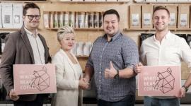 Białe Niedźwiedzie ruszają w Polskę BIZNES, Firma - Dwie białostockie marki gastronomiczne, rozpoznawalne i cenione w kraju, łączą siły. Koku Sushi dysponuje sprawdzonym modelem franczyzowym, Mobilny Barista zaś wszechstronną wiedzą o polskim rynku kawy. W wyniku fuzji powstanie franczyzowa sieć kawiarni – the White Bear Coffee.