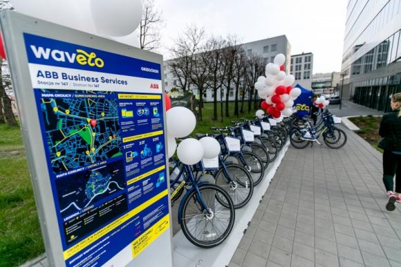 ABB ze stacją rowerów Wavelo BIZNES, Firma - W samym centrum Krakowa, przy Rondzie Mogilskim, powstała kolejna stacja rowerów miejskich Wavelo. Inwestorem jest międzynarodowy koncern ABB zatrudniający w Krakowie ponad 2 tysiące osób. To już 168 stacja Wavelo w mieście.