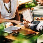 Czy warto przeprowadzać spotkania biznesowe poza firmą?