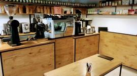 """Biały Niedźwiedź parzy dobrą """"czarną"""" BIZNES, Firma - Pierwsza kawiarnia sieci the White Bear Coffee wystartowała 3 lipca punktualnie o 7.30. Nową na rynku markę stworzyły dwie rozpoznawalne firmy: Koku Sushi i Mobilny Barista."""