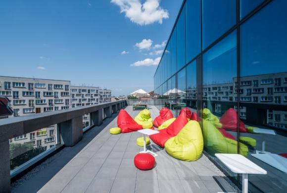 Wellbeing wkracza do wrocławskich biur BIZNES, Firma - Coraz więcej firm z Wrocławia odczuwa potrzebę wellbeingu i zaczyna nad nim pracować. W nowoczesnych przestrzeniach biurowych, wpisujących się w ideę dobrostanu, organizowane są warsztaty, podczas których pracownicy dowiadują się, jak zarządzać swoim szczęściem i życiową energią.