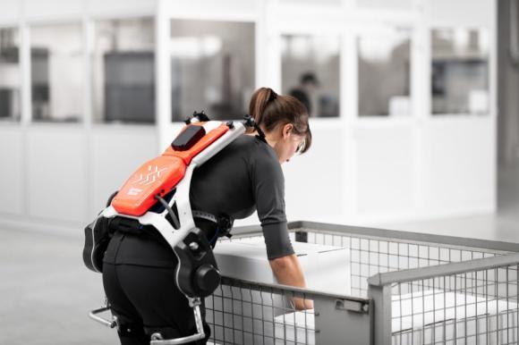 DB Schenker bada wykorzystanie egzoszkieletów BIZNES, Firma - Pomyślnie zakończono testy w logistyce magazynowej • Pozytywny wpływ na zdrowie pracowników • Połączenie sprawności człowieka i mocy maszyny