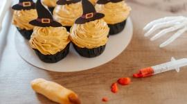 """""""Odgryzę palca wiedźmie"""" – Halloweenowa kampania """"niecukierni"""" Fit Cake BIZNES, Firma - """"W Halloween, zamiast straszyć zbędnymi kaloriami, cukrem i glutenem, przygotujemy pyszności, którymi nie pogardzi nikt – ani fit czarownica, ani wiedźmin z celiakią"""" – tak sieć Fit Cake zachęca fanów wegańskich słodyczy do wzięcia udziału w swoim Halloweenowym wydarzeniu."""
