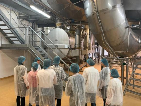 Dni Przedsiębiorczości w Suwałkach. Studenci i uczniowie z wizytą w firmach BIZNES, Firma - Poznają tajniki prowadzenia biznesu, podpatrują najnowsze technologie, sprawdzają, jak zorganizowane są duże zakłady produkcyjne.