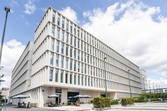 Bobrowiecka 8 skomercjalizowana w 88% BIZNES, Firma - Do grona najemców biurowca Bobrowiecka 8 dołączyły trzy nowe firmy. Spectra Development odpowiedzialna za komercjalizację budynku podpisała umowy dotyczące wynajęcia powierzchni biurowej z Barilla Poland, Smart Jet oraz Synergio Group.