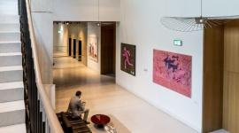 Kultura wpisana w przestrzeń - wizytówką Bobrowieckiej 8 BIZNES, Firma - Prywatna kolekcja sztuki Anny i Jerzego Staraków udostępniona przez właścicieli w przestrzeniach budynków przy ul. Bobrowieckiej stanowi unikatową wizytówkę kompleksu.