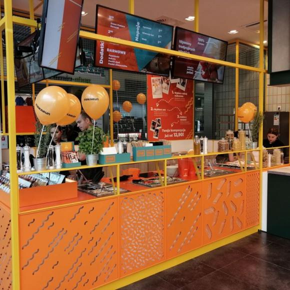 Makarun w wersji smart BIZNES, Firma - Makarun wprowadza do oferty nową opcję franczyzową – wyspę. W ten sposób marka sięga do najatrakcyjniejszych miejsc w centrach handlowych i biurowcach. Lokal, zajmujący zaledwie 10 m.kw. da się w zasadzie postawić wszędzie.
