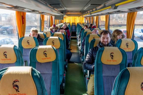 """Prywatne """"taksówki"""" dla pracowników Kaczmarski Group BIZNES, Firma - Nie muszą jeździć komunikacją publiczną, aby dotrzeć bezpiecznie do firmy. Blisko 100 pracowników wrocławskiego Kaczmarski Group dociera do biura autokarami, które na czas epidemii wynajął dla nich pracodawca."""