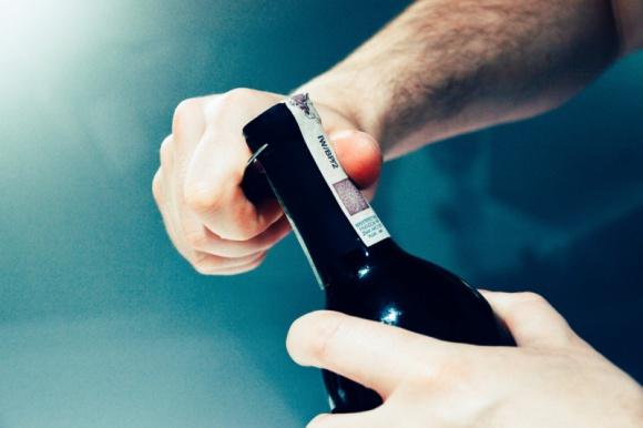 Jak szybko wprowadzić alkohol na rynek? BIZNES, Firma - Wprowadzanie na polski rynek wina, piwa lub innego alkoholu przywiezionego z zagranicy to proces skomplikowany i wymagający spełnienia wielu procedur. Istnieje jednak sposób, aby go uprościć, chociażby przez naklejenie banderol dopiero w Polsce.