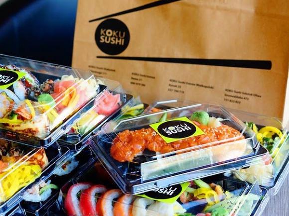 Pięć dalekobieżnych tras KOKU Sushi BIZNES, Firma - Wywodząca się z Białegostoku największa polska sieć sushi barów KOKU Sushi zaczyna realizować dowozy na terenie całego województwa podlaskiego.