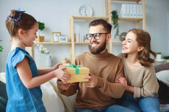 Dzień Dziecka w prezencie od pracodawcy BIZNES, Firma - Kolejnym wydarzeniem, na które będzie miał wpływ koronawirus, to zbliżający się Dzień Dziecka. Jak sprawić, aby 1 czerwca był pozytywnie wspominany zarówno przez rodziców, jak i ich pociechy?