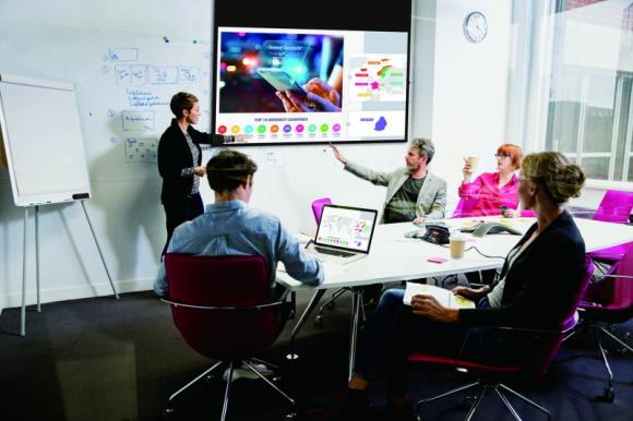 PANASONIC ULEPSZA TECHNOLOGIĘ ODWZOROWANIA KOLORÓW W NOWEJ SERII PROJEKTORÓW BIZNES, Firma - PT-LRZ35 to projektory DLP z rewolucyjnym źródłem światła RGB LED, które generują dynamiczne kolorowe obrazy idealnie sprawdzające się w środowiskach wymagających nauki w grupach, podczas spotkań lub pracy zespołowej