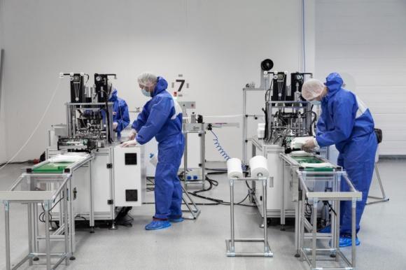 Samsung: zwiększyliśmy trzykrotnie efektywność linii produkcyjnej w firmie PTAK BIZNES, Firma - Specjaliści z Samsung Electronics Poland Manufacturing (SEPM) przekazali swój know-how firmie PTAK i pomogli zoptymalizować jedną z linii produkcyjnych maseczek medycznych.