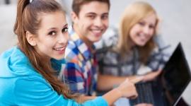 Młodzi Polacy ruszyli do pracy za granicę. Kuszą ich wyższe zarobki- report OTTO BIZNES, Firma - Wzrasta zainteresowanie Polaków wyjazdami do pracy za granicę. Chętnych jest niemal o 30% więcej niż przed pandemią. Według raportu opublikowanego przez OTTO Work Force, wśród osób zdecydowanych na wyjazd przeważają osoby młode (72%) ze średnim lub z wyższym wykształceniem.